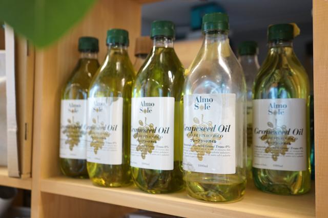 グレープシードオイル。ふつうにお料理にも使えます。ただし、不乾性油のオリーブオイルなどは塗っても乾かないので使用できないため要注意!