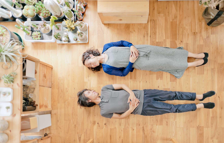 こちらも恒例の「床に寝てもらってポートレイト」。ほんとうに素敵な部屋とご夫婦でした。また行きたい。