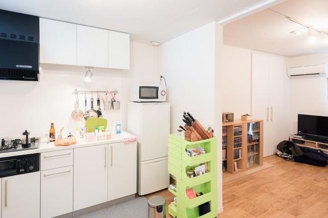 キッチンからリビングを見渡したところ。なんてきちんと整頓されたすてきな部屋! 自分の部屋と比べて、毎回反省する(奥のテレビ手前に唯一整頓されてない部分が見えますが、それはぼくのカバンとコートです。どけろよ、って話です)