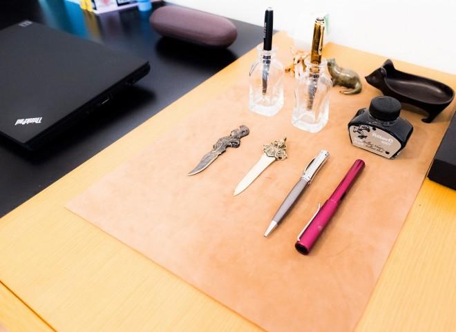 デスクの上にはペーパーナイフと万年筆。かっこいい。