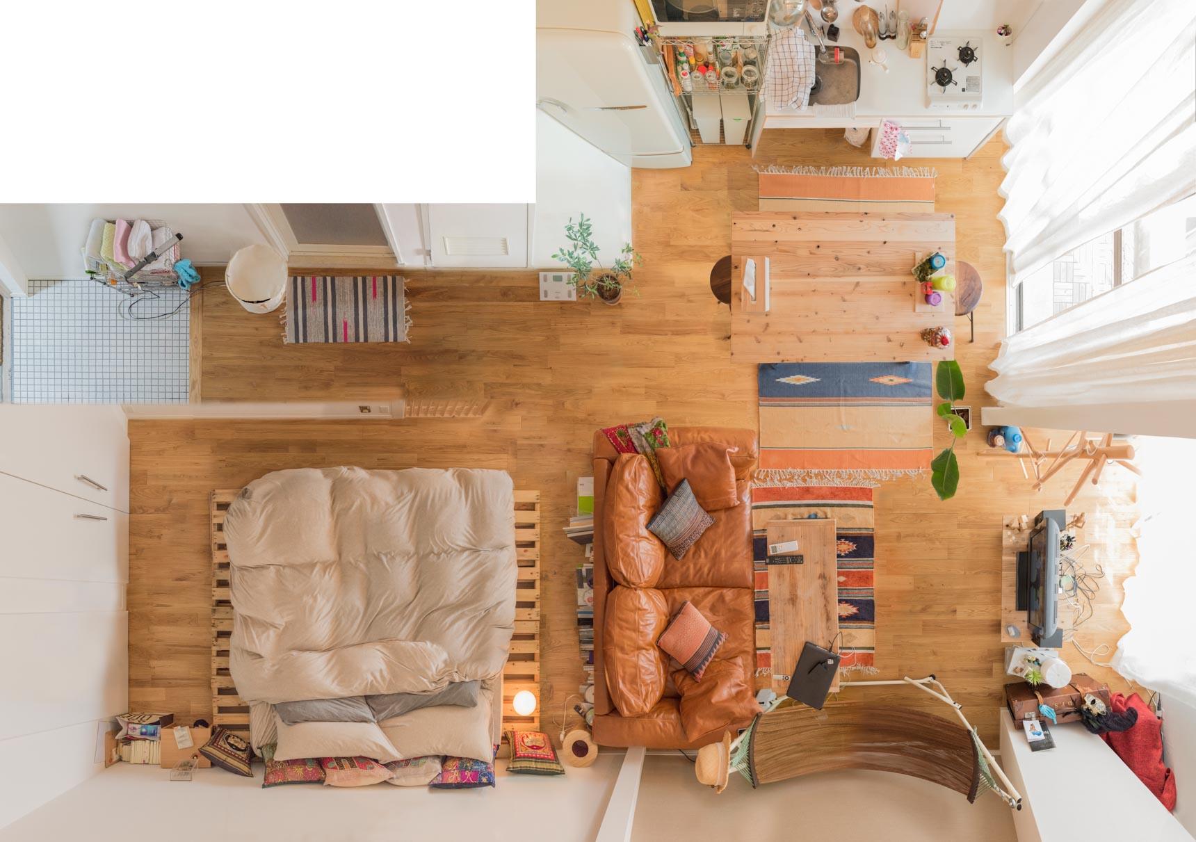 こちらはベッドルームとリビングがカーテンで仕切れるタイプの大きなワンルームに住む、和田さんのお部屋。存在感あるソファがかっこいい!>和田さんのお部屋はこちら