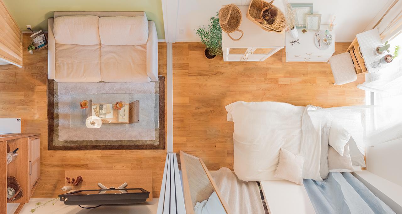 ベッドルームとソファのあるスペースで色調も変えて楽しむ、さすがプロのお部屋。