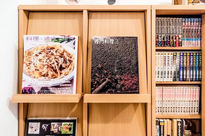 料理の本が。「専門料理」って雑誌あるのか! すごい。