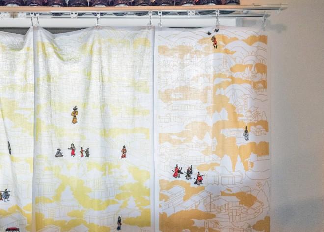 キッチンの窓のカーテンはよく見たらてぬぐい! いいなこれ。