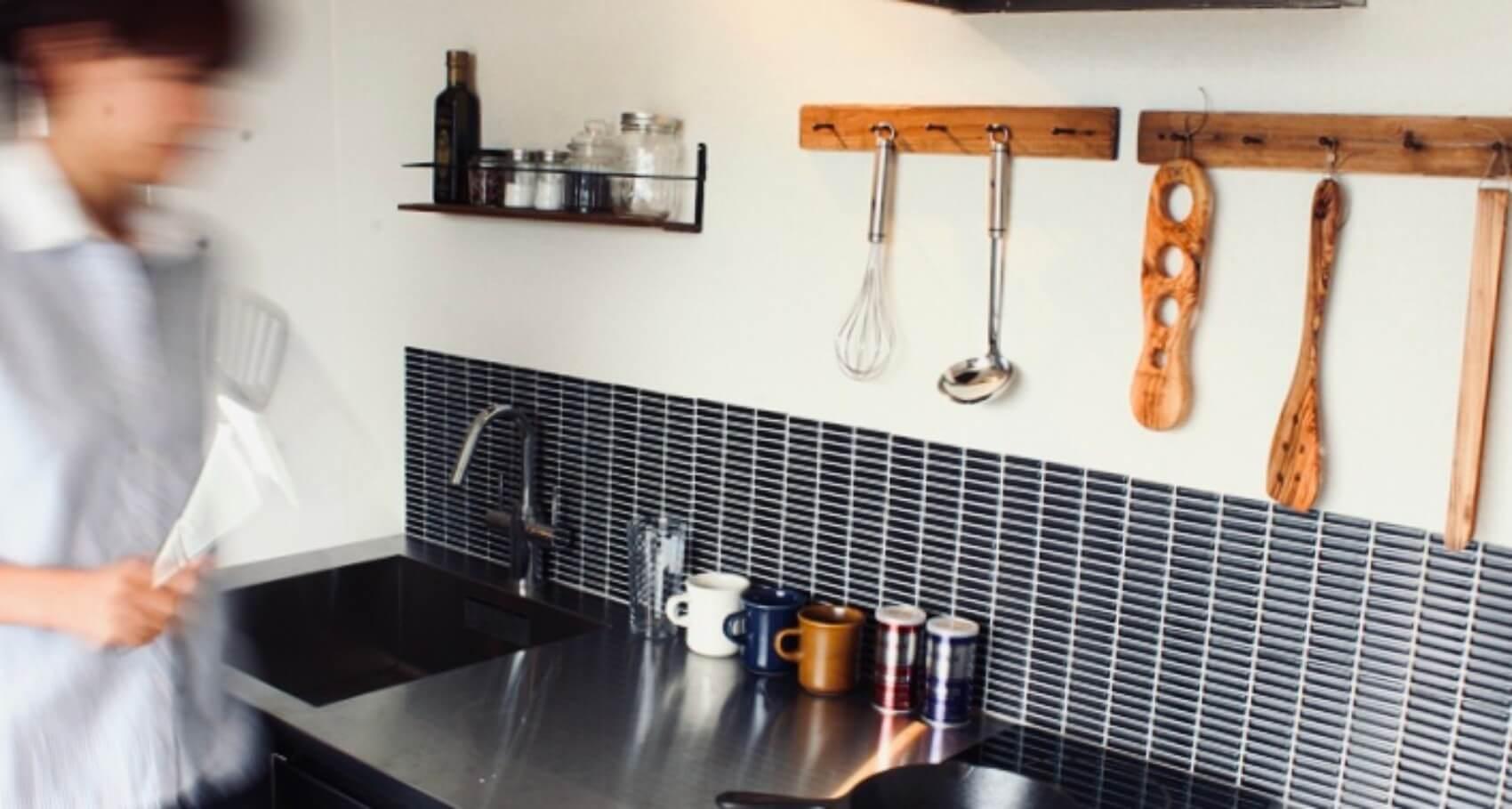 ついに、貼って剥がせる『DIYタイル』も登場!キッチンや洗面台まわりが一気に華やかになりますよ(このアイテムはこちら)