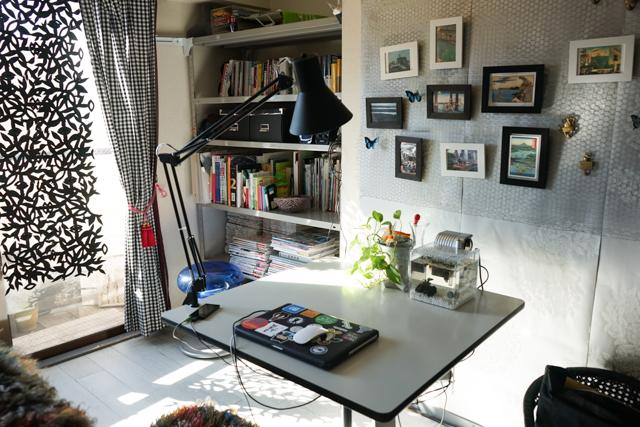 壁面に壁紙と、チキンネットを両方ホッチキスでとめてます。IKEAの軽いフォトフレームならこの方法で飾ることができます。(→この方法の詳細はこちら)