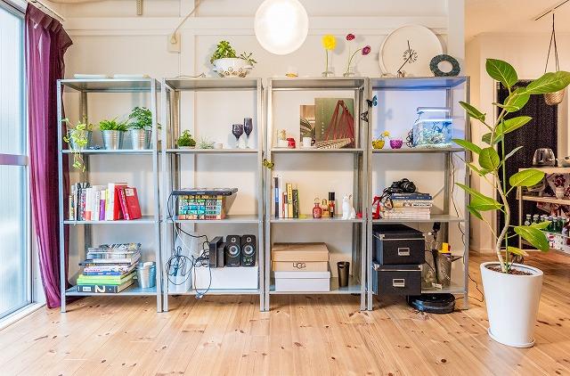 できた棚は、こういうふうに並べて使っています。すごく軽いので、ひとり暮らしでもすぐ移動できるところが便利。