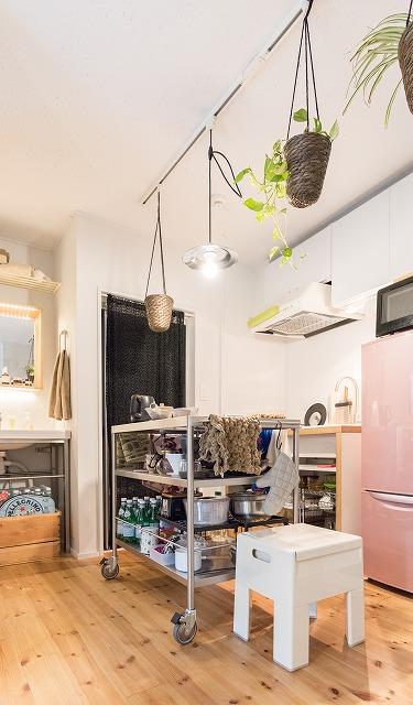 「Mさんのお家では、キッチンに大きいテーブルあるのっていいな、とも思って大きめのワゴン置いた」たしかにあれはすてきだった。でもあそこまで大きなものはなかなか置けないよねえ。
