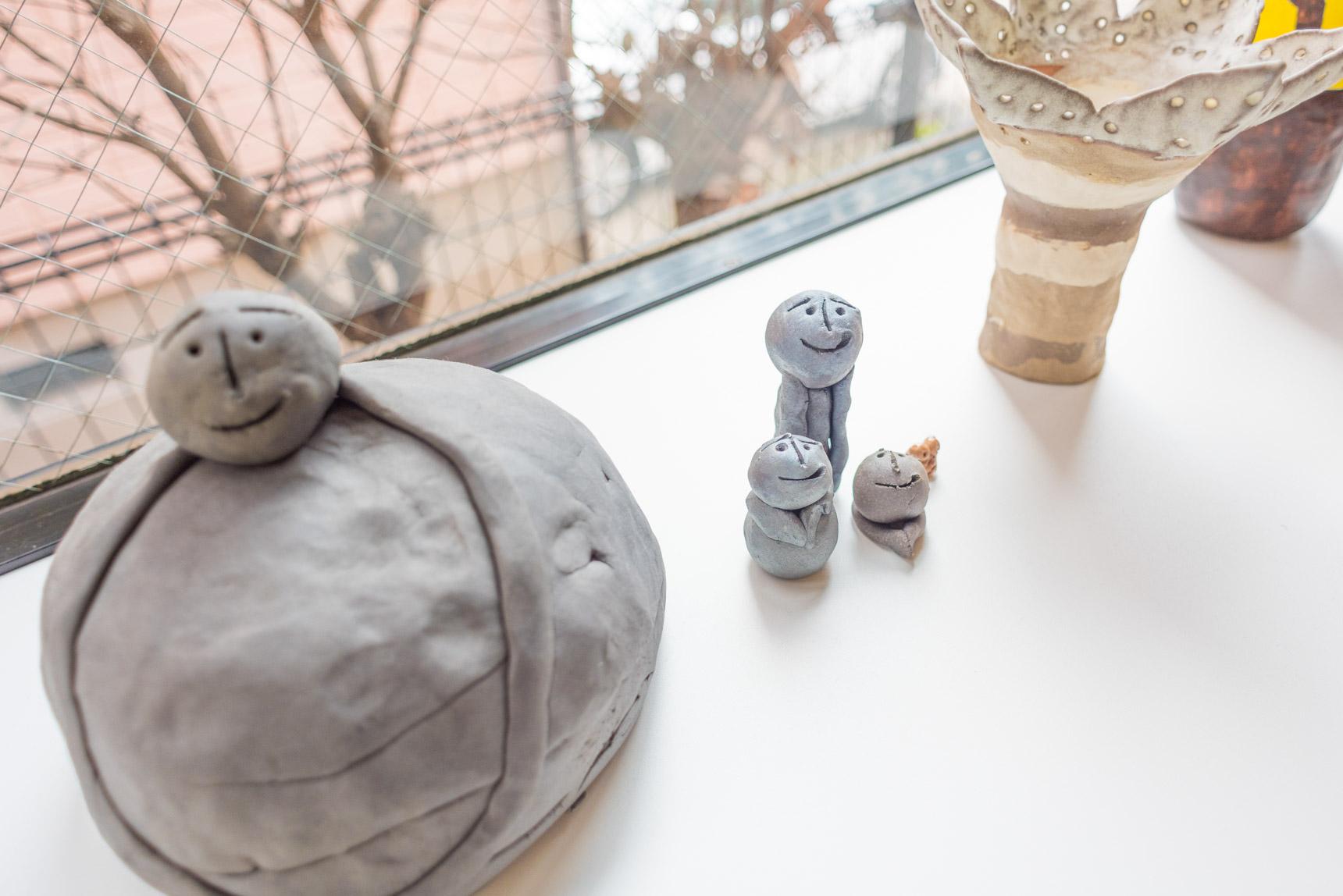 このすごくかわいいオブジェとか….。これらは奥さまのお仕事の関係である、障害のある方が作ったアート作品なのだ。