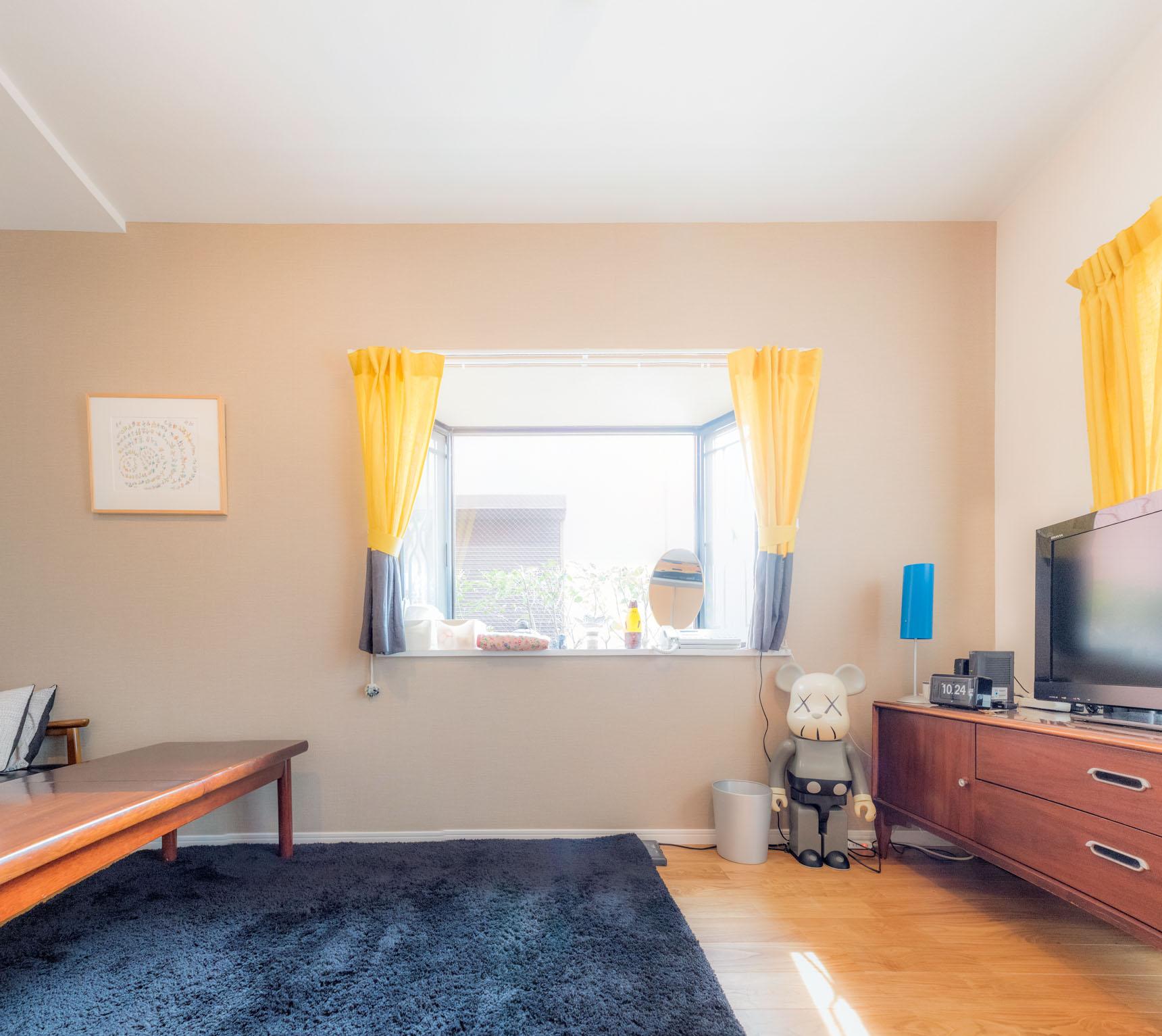 この部屋のかっこよさの秘密の一つはこのカーテンに代表されるようなポップな色使いにあると思った。