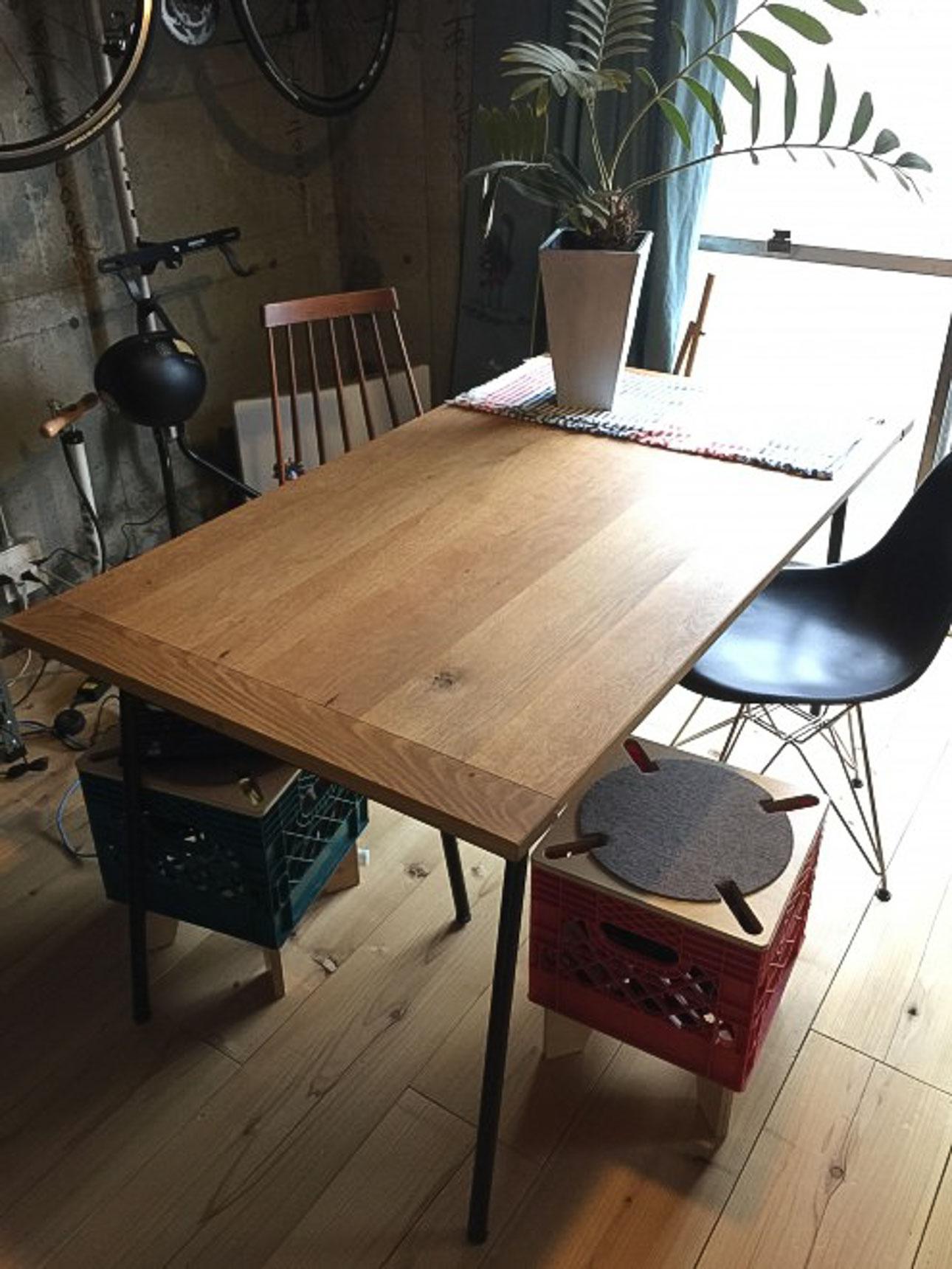 イデーのダイニングテーブル。「木」と「アイアン」の素材に合わせて、他の家具も選んでいきます。