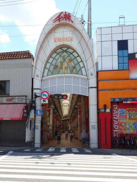大阪市の端っこ・旭区というちょっとマイナーな立地ながらも、その存在感が抜群なのが千林商店街。 細い路地ながらも、長くうねりながら東西に延びるアーケードが特徴ですが、その活気は凄まじい! (出典:http://mcha.jp/27884)