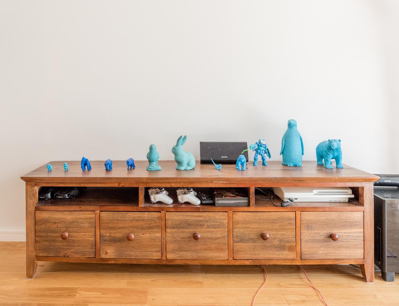 寝室の枕元もそうでしたが、カラフルな中でもブルーが特に目立つ。きけば旦那さんが「青いものが好きで集めちゃう」とのこと。木肌と白い壁にさまざまな色合いのブルーがすごくマッチ。絶妙!