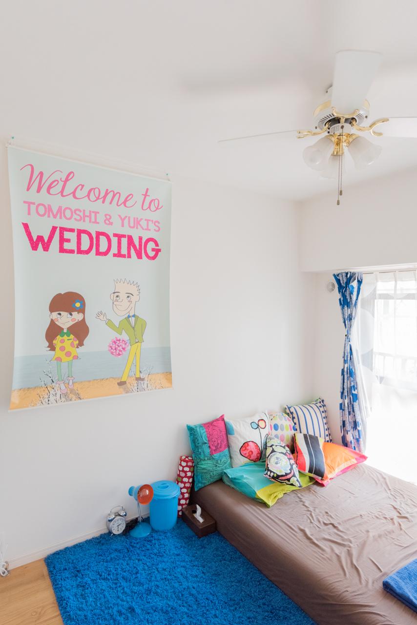 こちらは寝室。かわいいクッションや小物で居心地が良さそう。壁には結婚式で使われたウェルカムボードが。この部屋見るだけでふたりのハッピーさが伝わってくる。