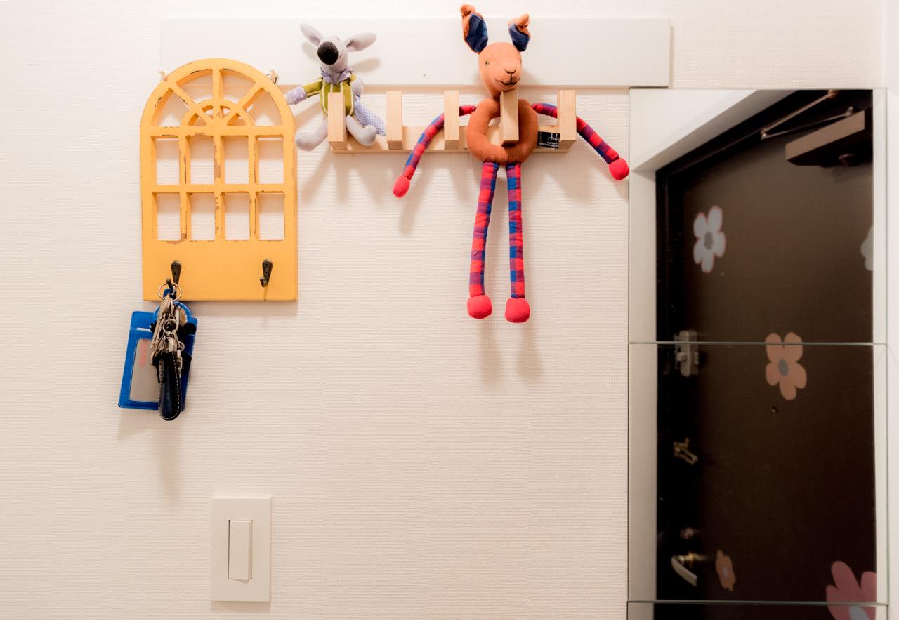 TOMOS の仕様である玄関に設置されているこのフック。これまでも鍵が掛けられていたりいろいろな使い方を見てきましたが、さすがのティール家。まさかの人形!