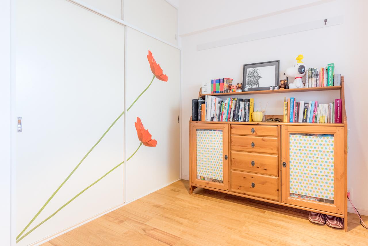 後述する旦那さんの仕事部屋。収納の扉にでっかい花が! キッチンの壁にも同じように剥がせるシールが貼られてて、家具やグッズやファブリック以外でもこういう方法で部屋をカラフルにできるんだな! とびっくり。