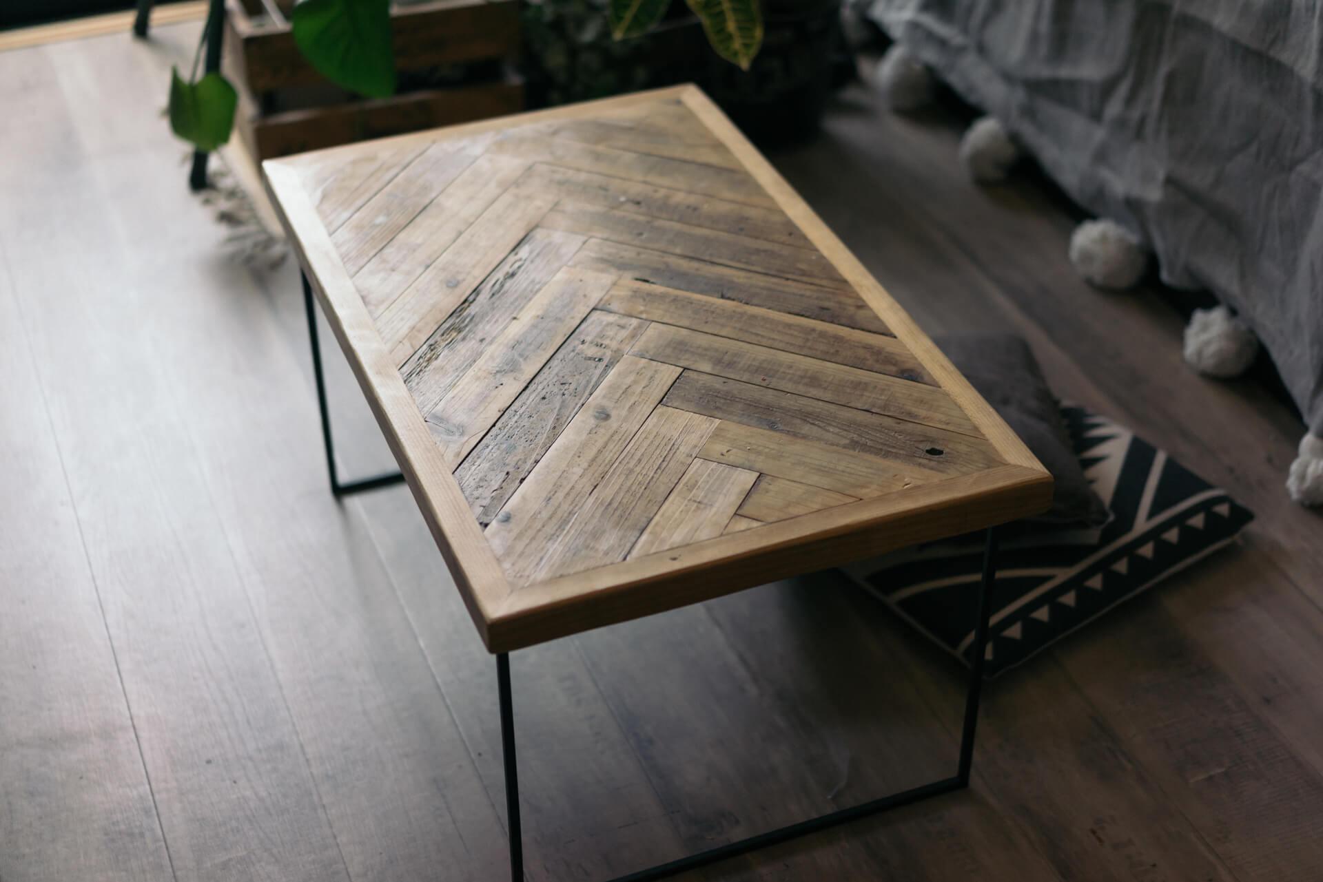 ヘリンボーンの木目が可愛いローテーブルは、Instagramで見つけた家具屋さんTHE DAY STACKでオーダーしたもの(このお部屋はこちら)