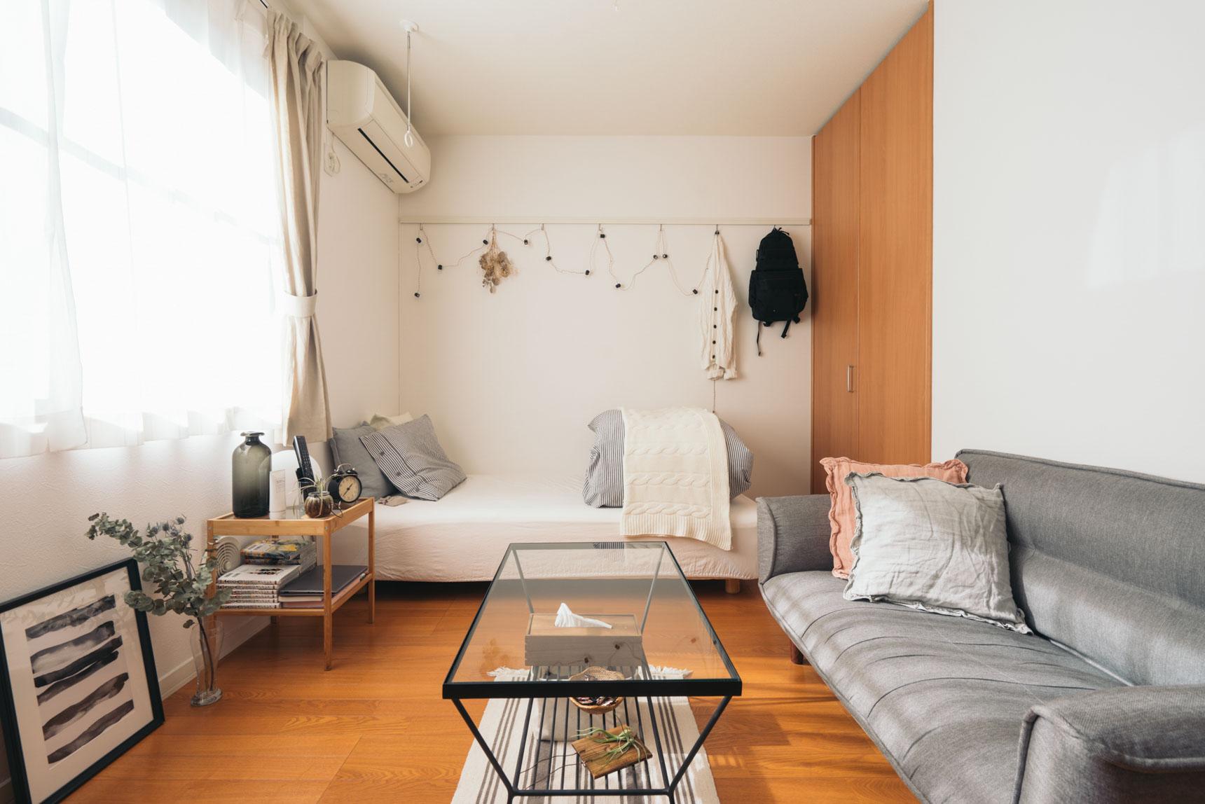 ワンルームのお部屋で、ベッドとソファを両方おきたい場合などには、ガラストップのテーブルは好相性ですね。こちらはunicoのもの(このお部屋はこちら)