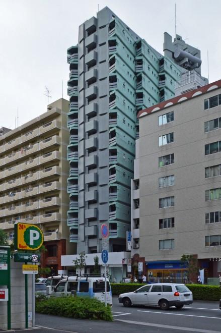 軍艦マンションの職安通り側。完成当時の写真によると周囲に高層建築は少なく、街並みに特異な姿が目立っていた。