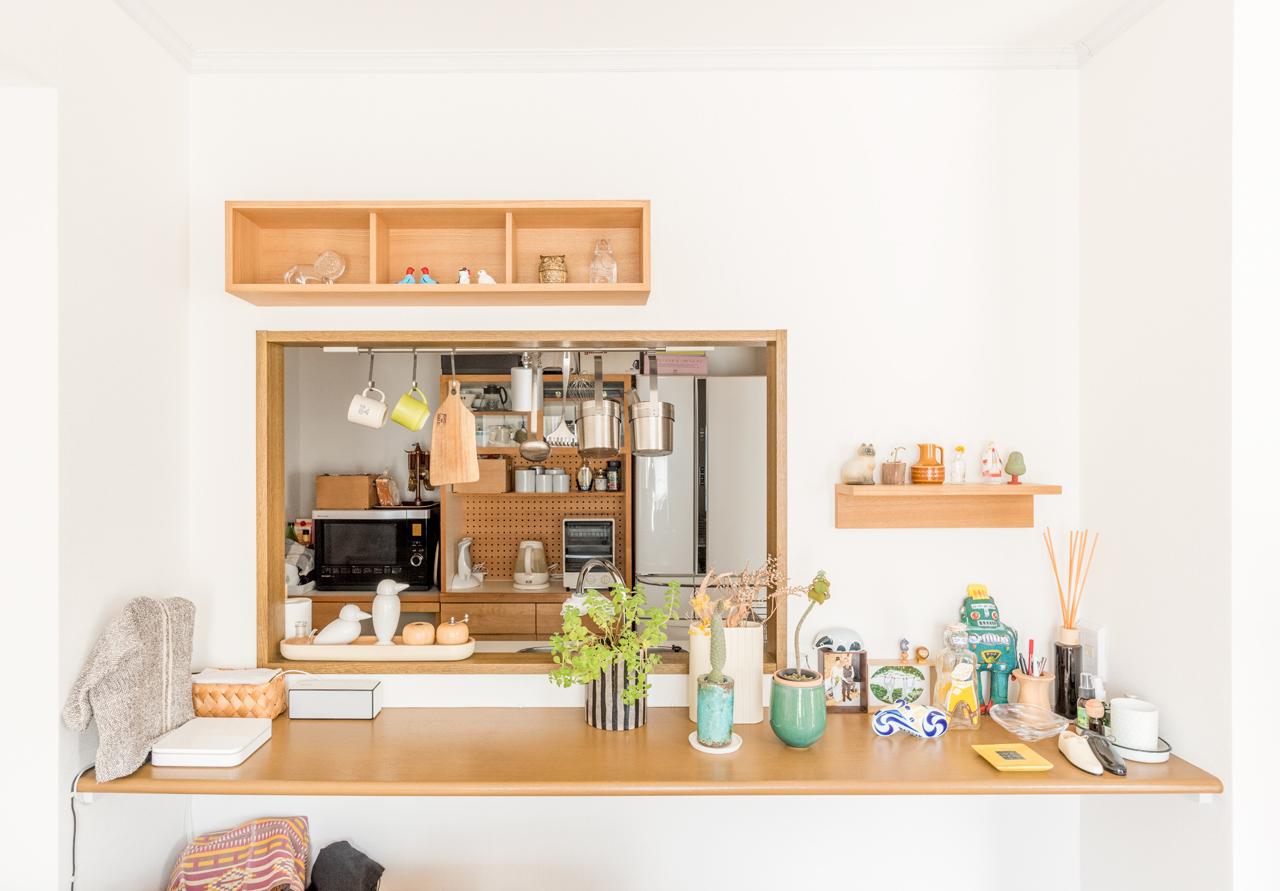 ソファの後ろがカンターとキッチン。