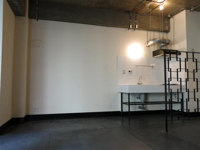 お気に入りの部屋はアートアンドクラフトとコラボレーションした、「鎗屋アパートメント」。炭入りモルタルの床で、ヴィンテージ感を演出している。