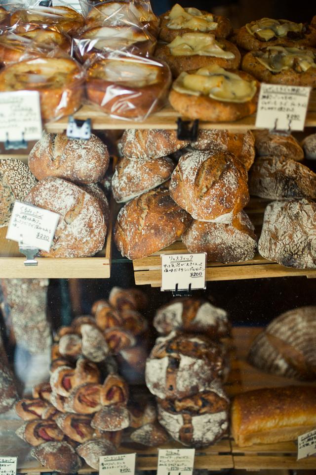 ハード系や惣菜系のパンなどが並ぶショーケース。すべて店の奥で焼いている。