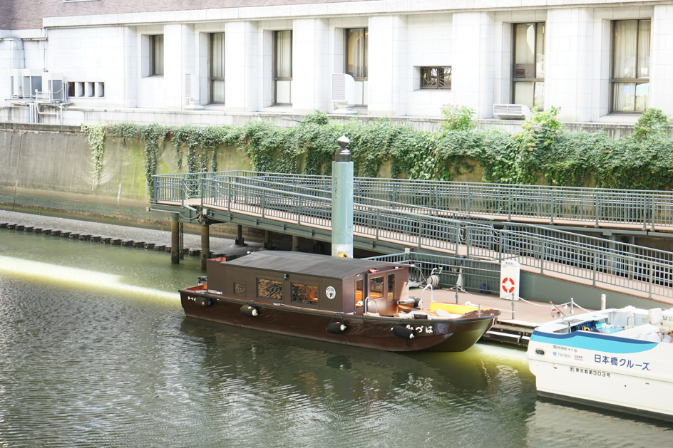 日本橋舟着場で待っていたのは、小さなかわいい舟