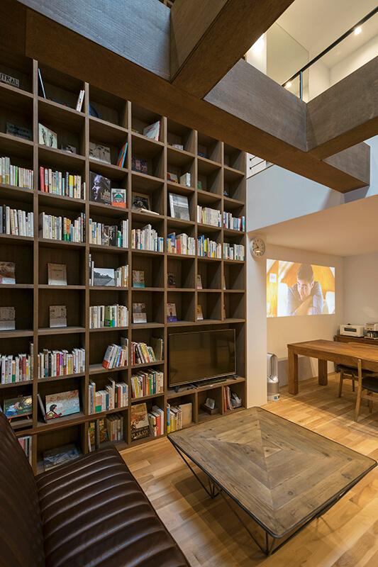 イベントを開催したのは、地元の古書店、「古書ダンデライオン」と提携しているシェアハウス。リビングには巨大な本棚があり、不定期で本を入れ替えてもらえます。
