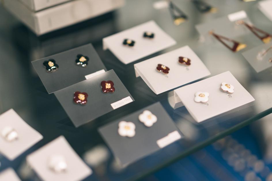 東京蚤の市の会場でもとても人気があるという、日本の伝統工芸「七宝焼き」のアクセサリー。現代的なデザインで、七宝部分がさりげなくキラキラ光る。お求めやすいお値段も嬉しい(ピアス ¥2,900〜)。