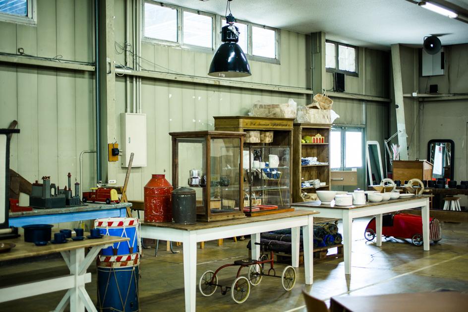 デンマークやスウェーデン、フィンランドで収集したアンティーク雑貨も揃う。