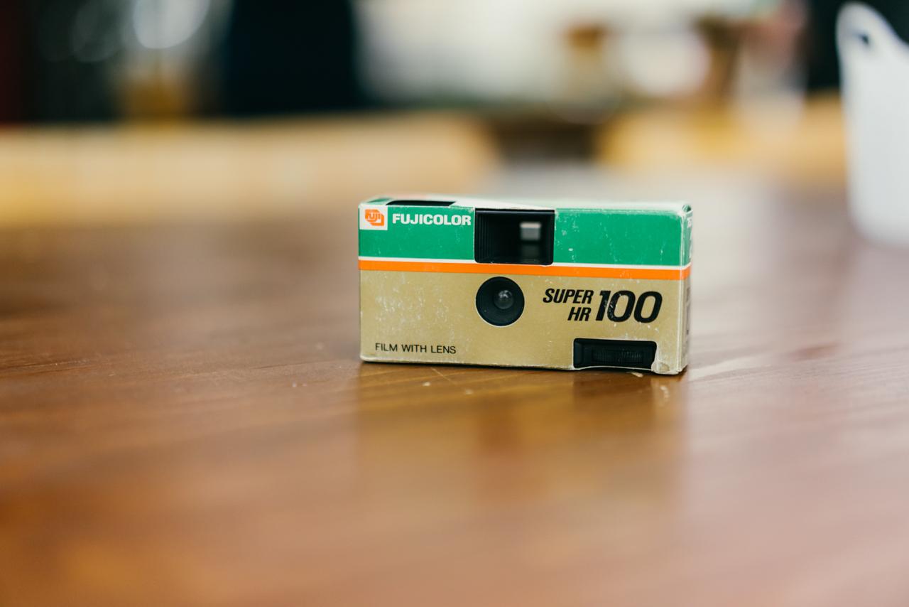 1986年7月1日に販売開始された、初代「写ルンです」のうちの1台。3つあったうち、フィルムのカートリッジの外箱デザインにもっとも近いこちらが当時も一番人気だったという。