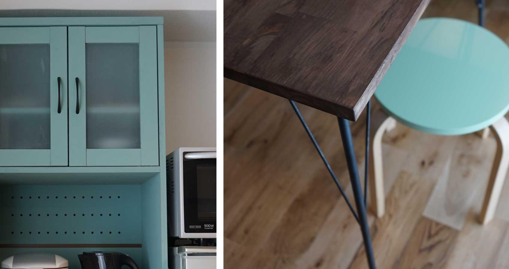 キッチンにある棚は、組み立て前にイメージに合うブルーに塗り替えた。テーブルも、アイアンの脚と合板を組み合わせ、オイルステインで仕上げている。