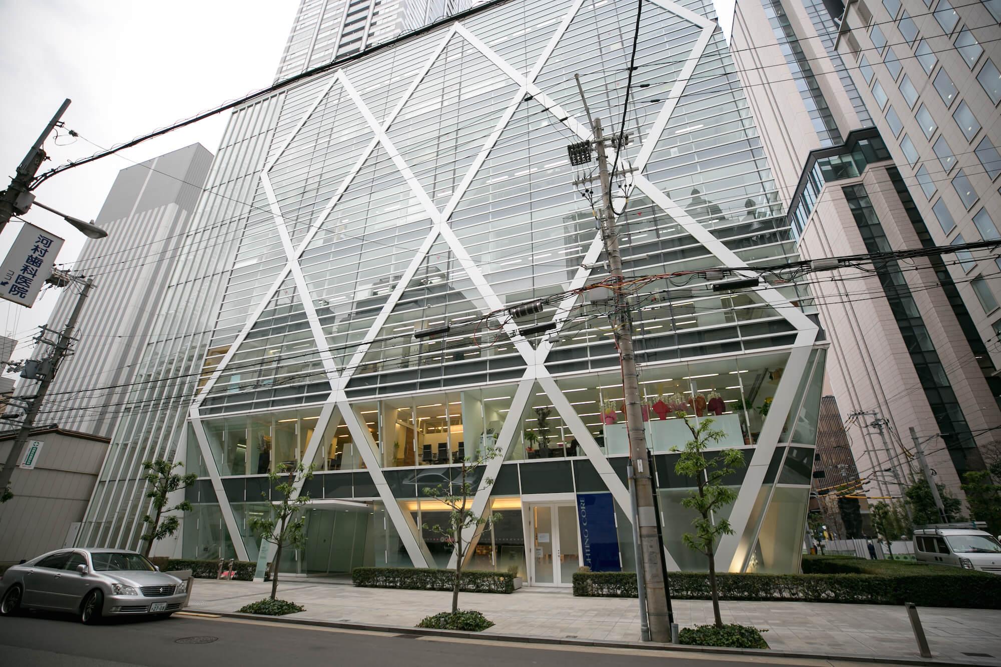 かっこいいガラス張りの建物!こちらの2階に店舗があります。