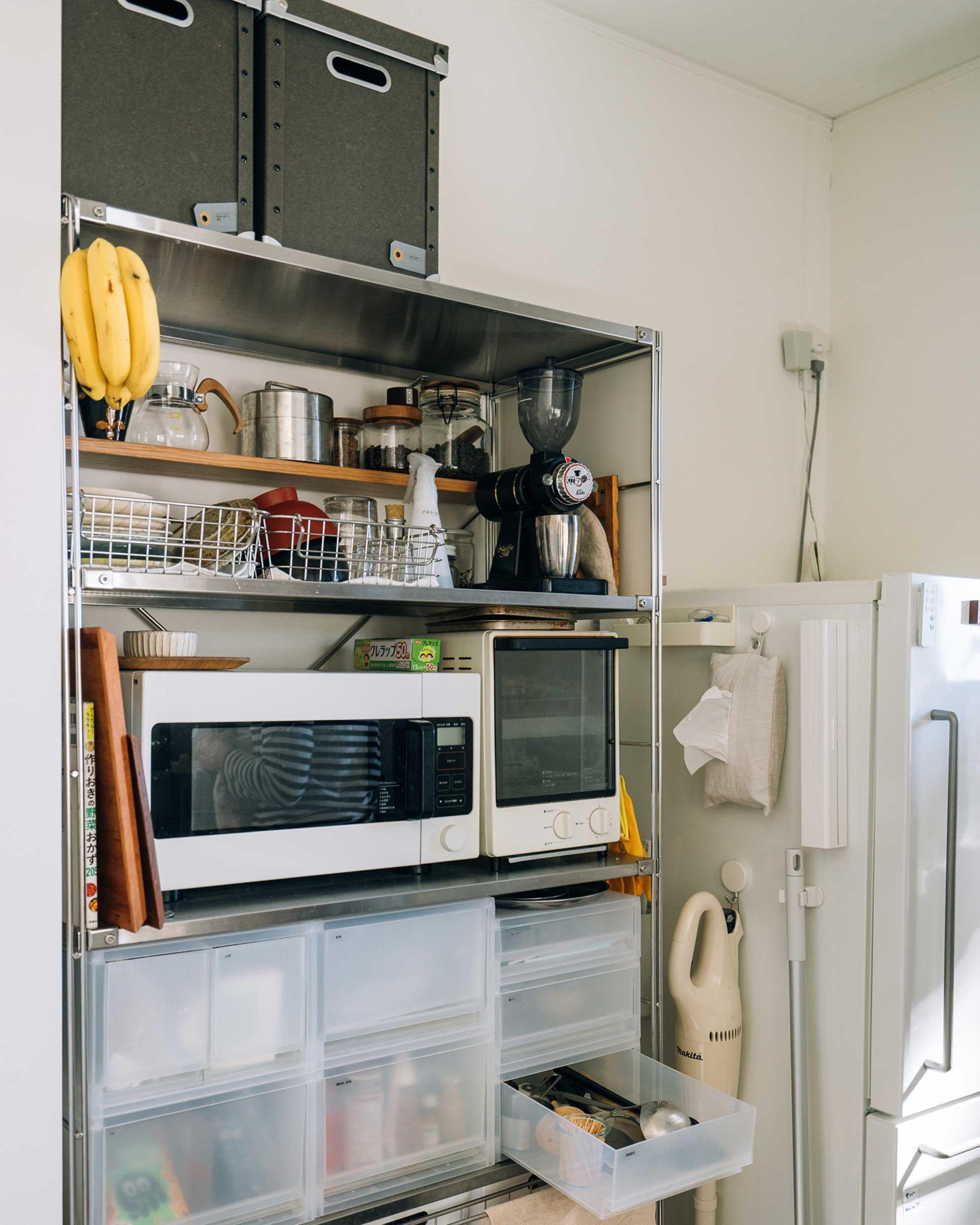 無印良品の収納で、狭くてもすっきり整理されたキッチン。無印の収納は組み合わせが自在でどんなふうにでも使えるのでお気に入り。