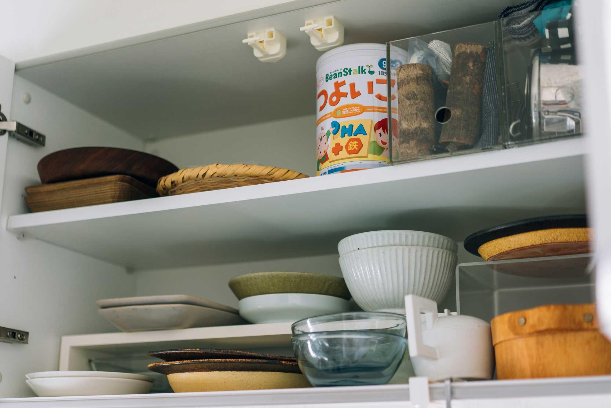 棚の中の食器も、「最低限これだけ」という量に整えられている。