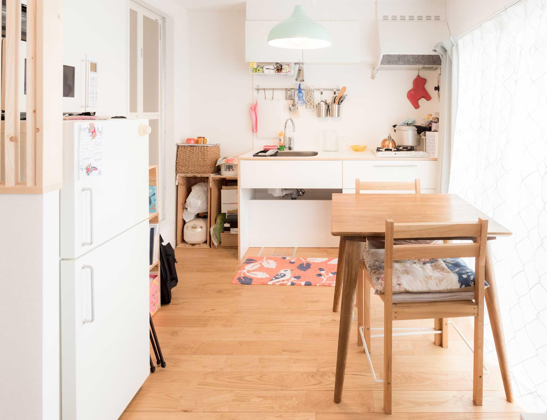 テーブルと椅子は「実家のそばにあるカフェが改装するときに、全部セット1万円で売ってもらった」のだそうだ。