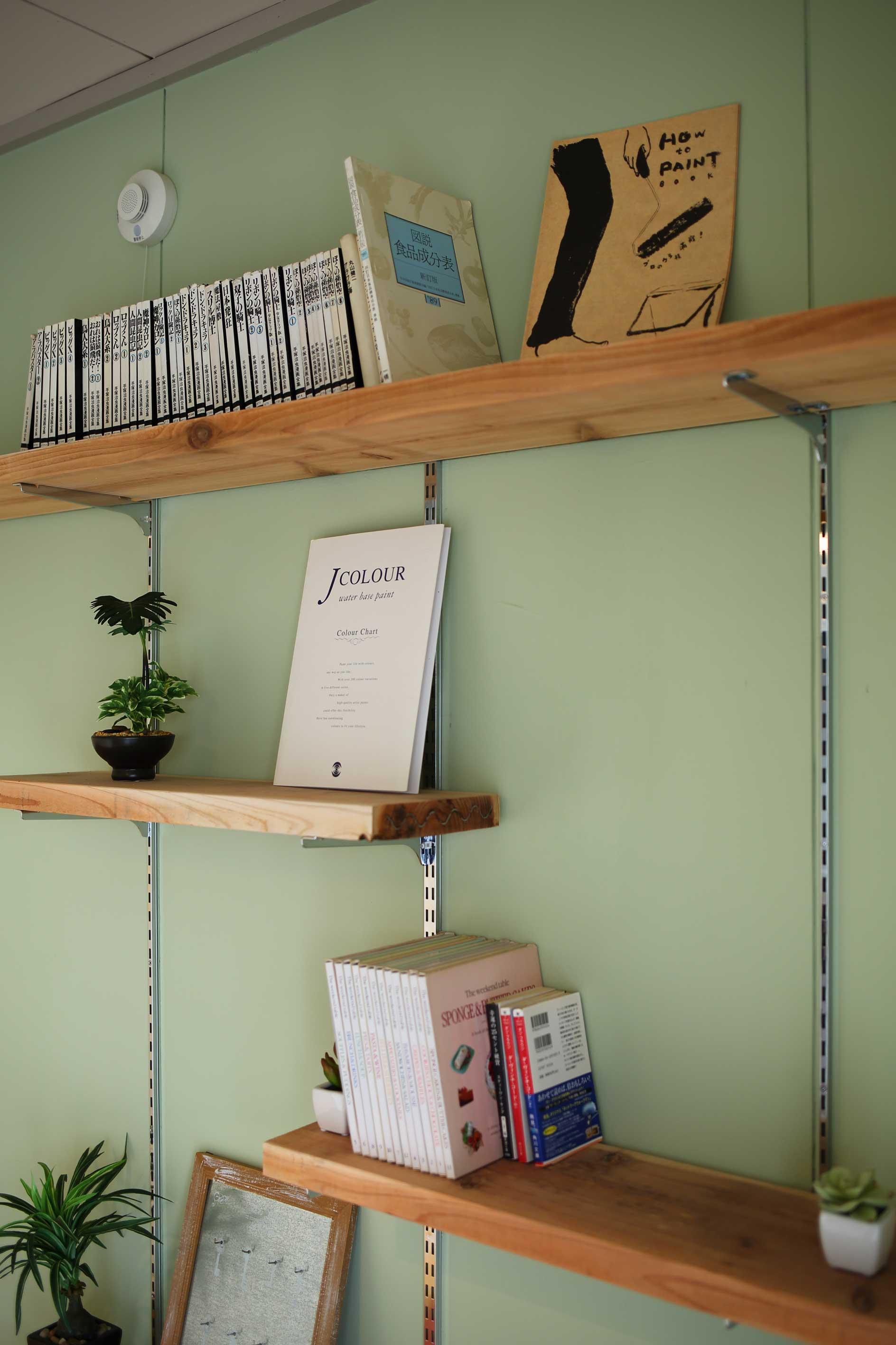 「団地カスタマイズ」では、こんなふうに、壁に棚をつける事も可能。