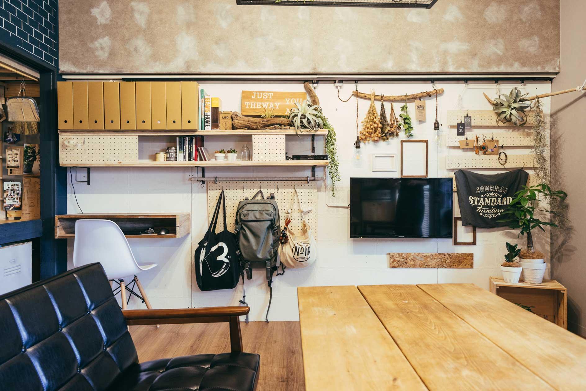 棚やテレビ、机まで。壁面を利用してつくりつけることで、柱や脚がなくすっきりみせる効果もあります。