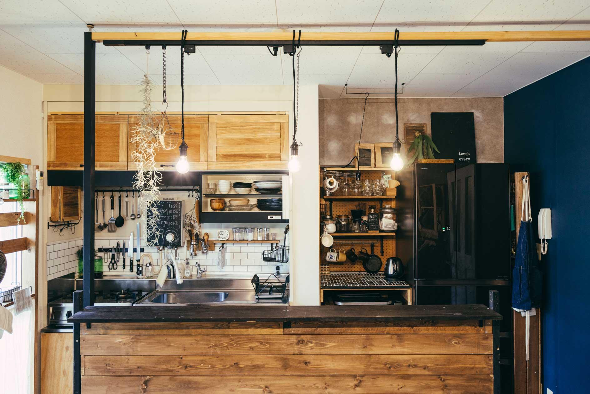 2本の角材を天井に突っ張って柱にし、そこに横向きに板を渡してライティングレールに。