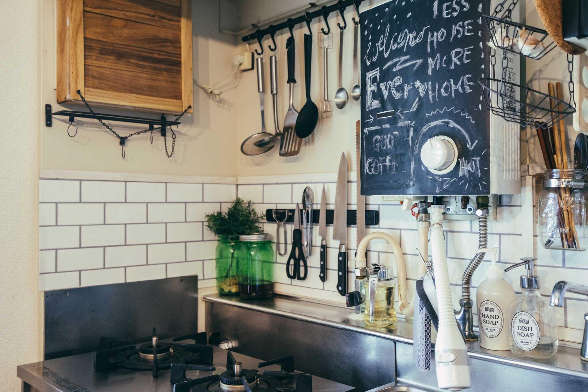 キッチンの壁はマグネットがつけられる素材だったので、タイルのシートはマグネットシートで貼り付け。
