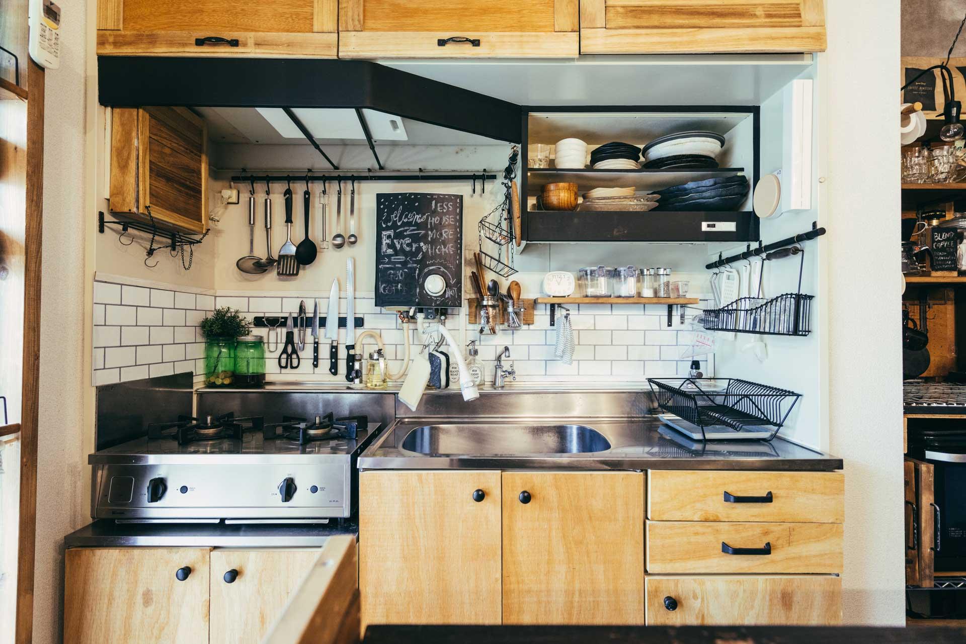 こちらはキッチンのビフォアアフター。キッチン扉には、マスキングテープの上に強力な粘着テープを貼る技でベニヤ板を貼っています。シートではなく本物の木だから雰囲気がとてもいいですね。