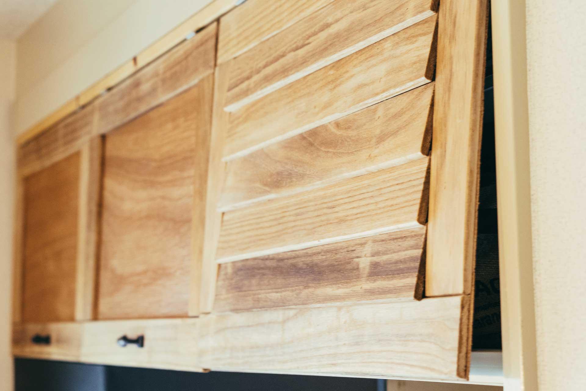 上部の吊棚にも、ベニヤ板で上下に開閉する扉をつけました。