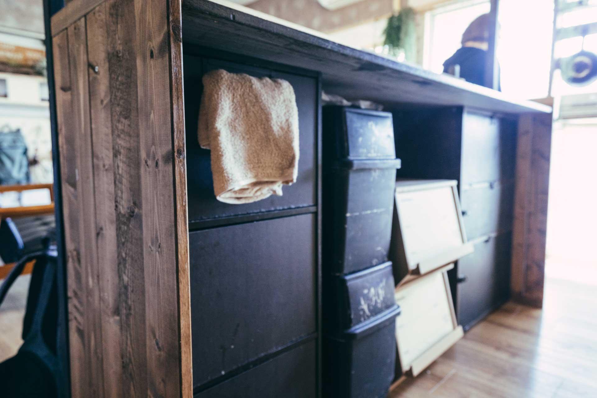 カウンターは、カラーボックスなどの収納に天板を乗せたもの。内側の見えにくい部分も、黒で統一して雰囲気を壊しません。