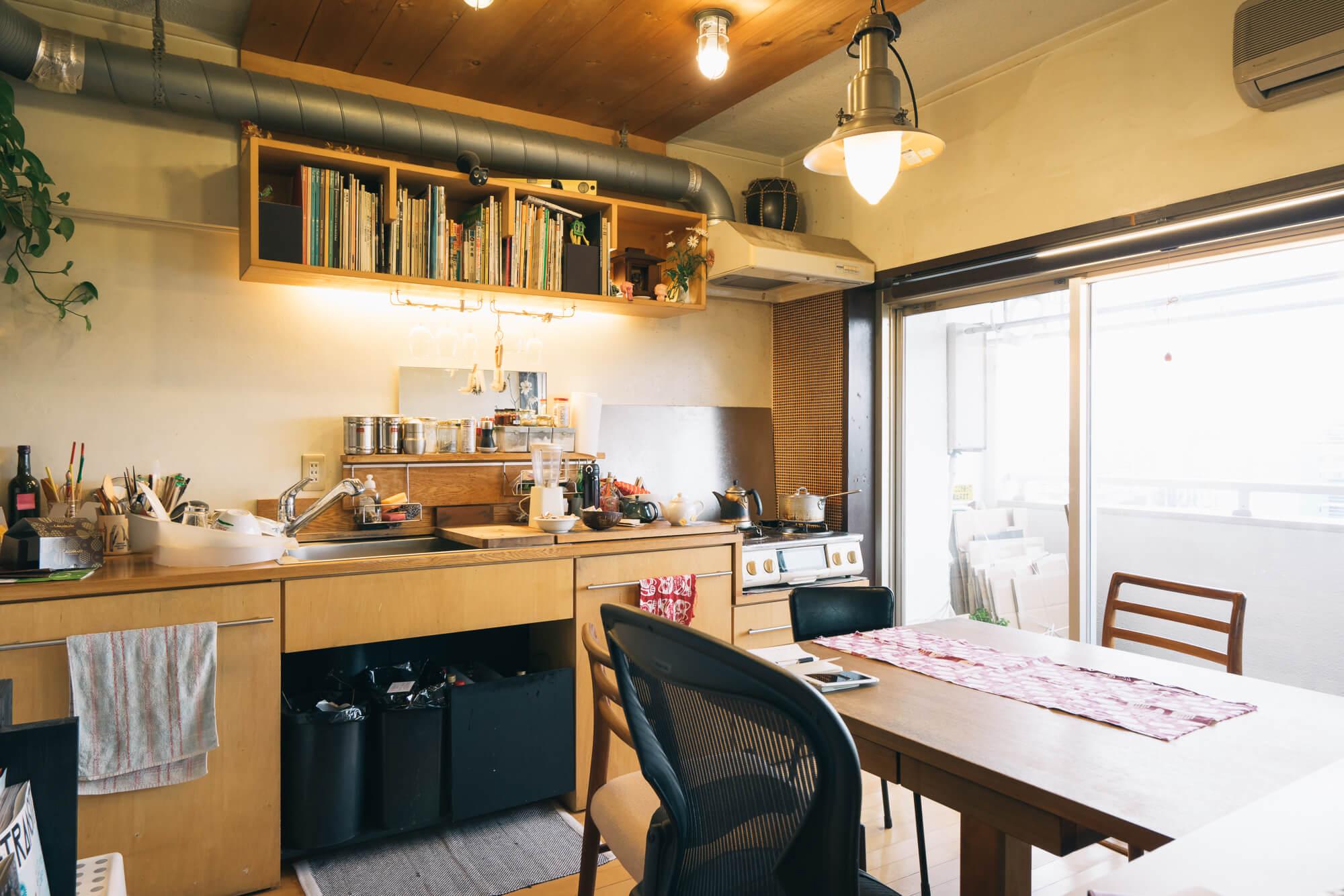 部屋の中で、一番羨ましかったのが、元の位置から90度変更してつくったという台所。木の素材がダイニングテーブルともぴったり。