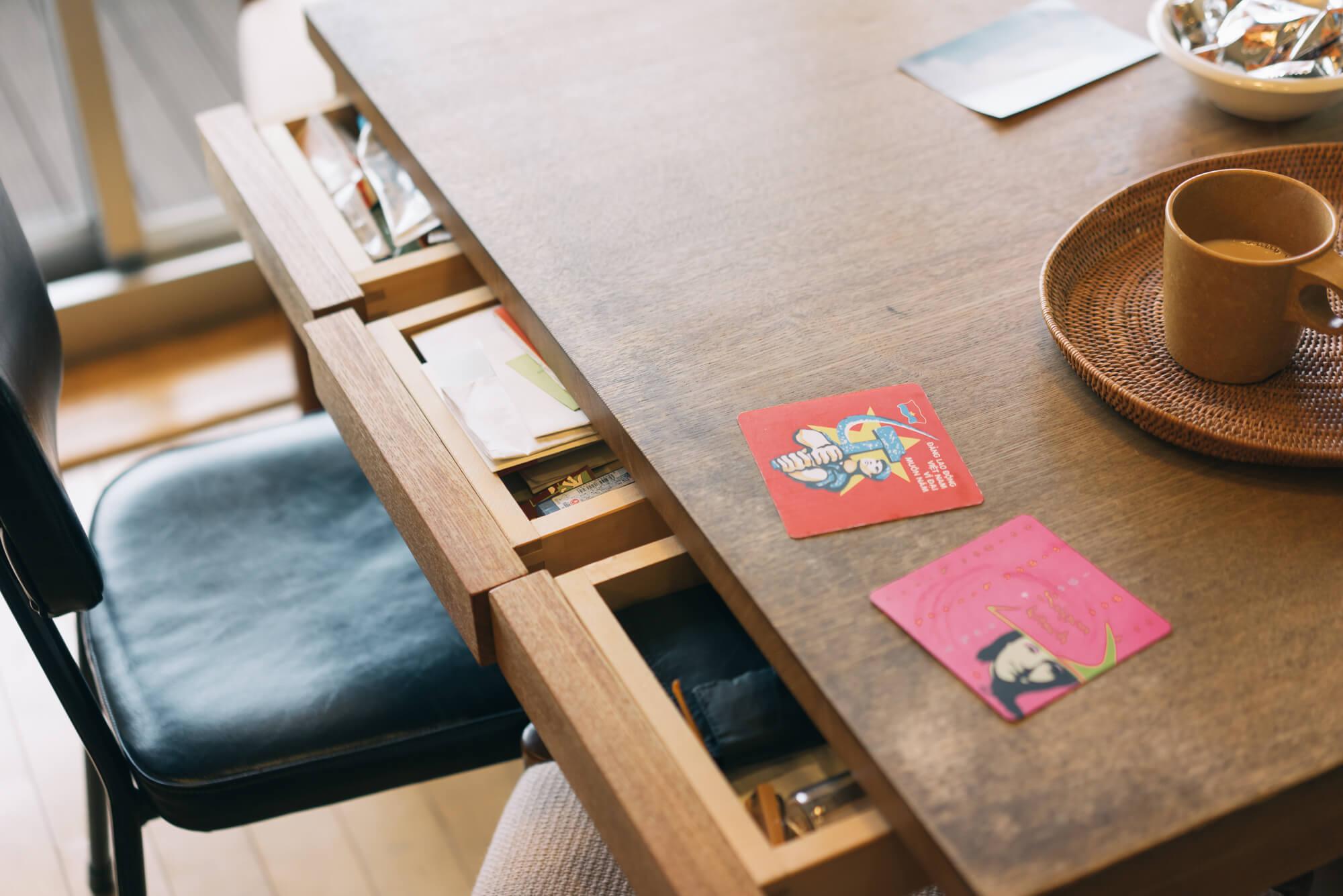 引き出しつきの機能的な机は、台所にあわせてBADONさんのお父さんが作ってくれたもの。20年経って、台所もテーブルも、味が出て良い雰囲気に。