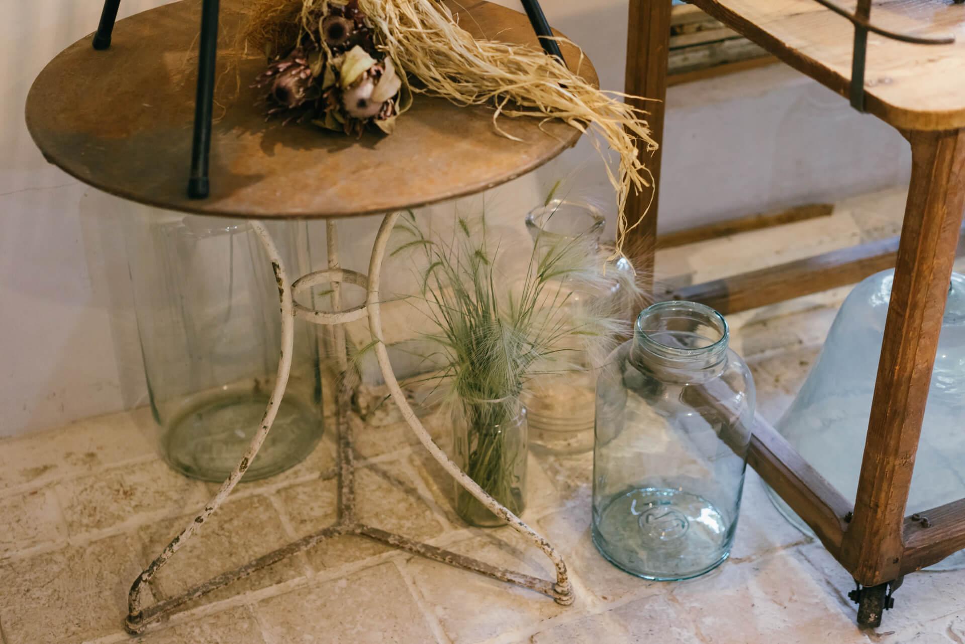 足つきの植木鉢(上左26,500円)、ガーデンテーブル(38,000円)など、お庭で楽しめるアンティークもあります。