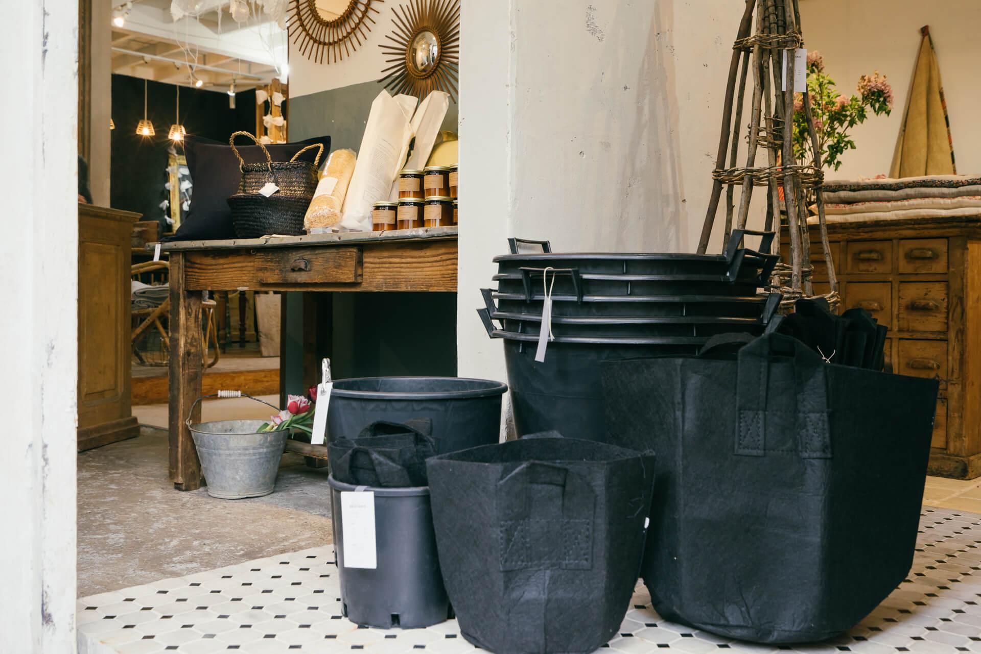不織布のバッグはそのまま土を入れて植木鉢になるもの(S270円、M368円)。軽くて手頃な価格も嬉しいプラスチックの植木鉢(S648円、L1296円)などのガーデングッズは人気で、最近増やしているとのこと。