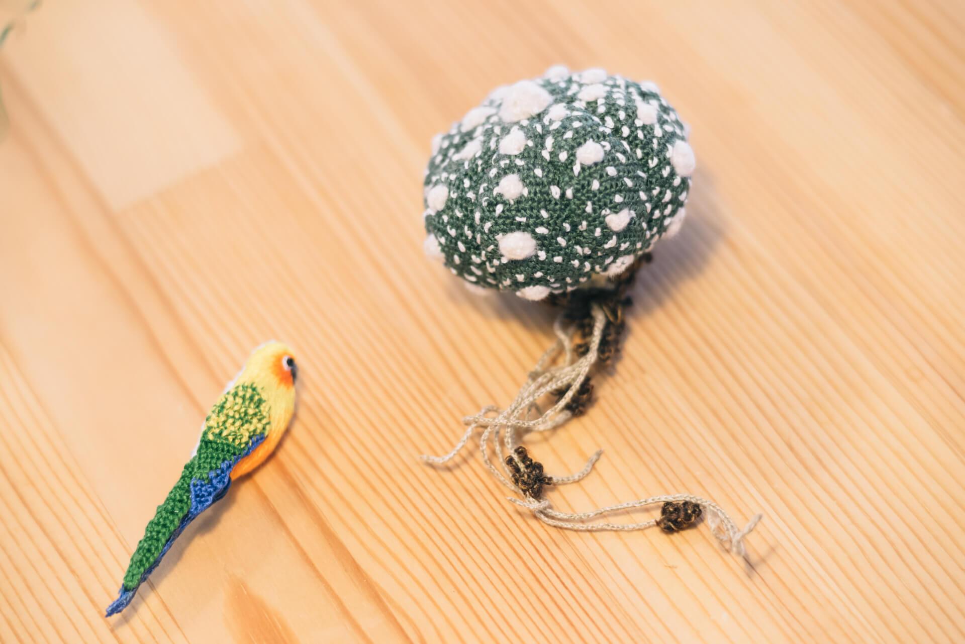刺繍作家のHOPOTAさんによる、可愛らしいサボテンのブローチも。