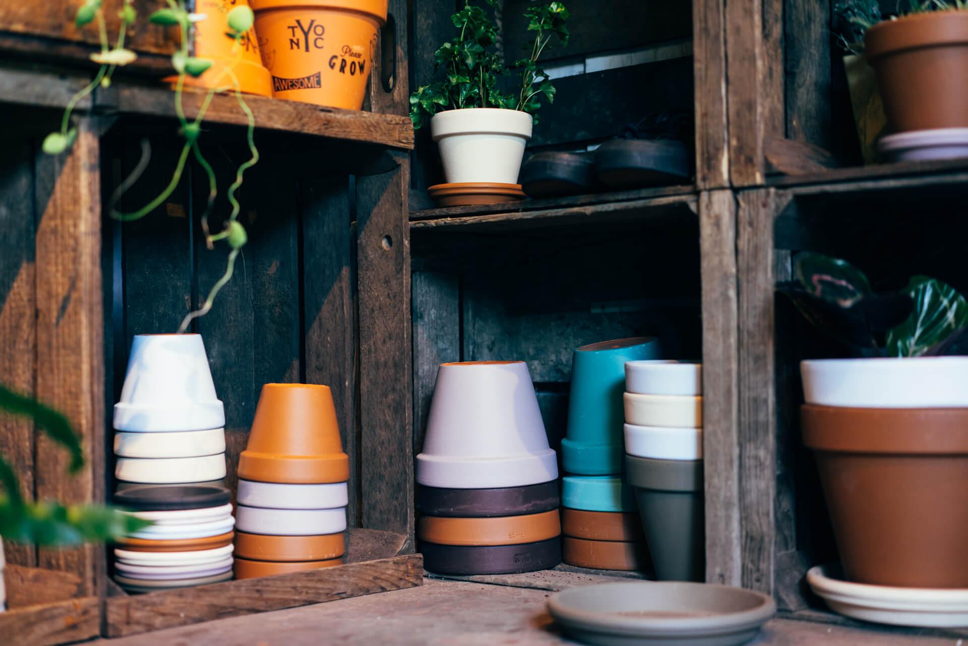 様々なサイズを取り揃えたテラコッタの鉢は5色展開で、シーズンごとに色が変わります。(ポット900円〜、プレート350円〜)