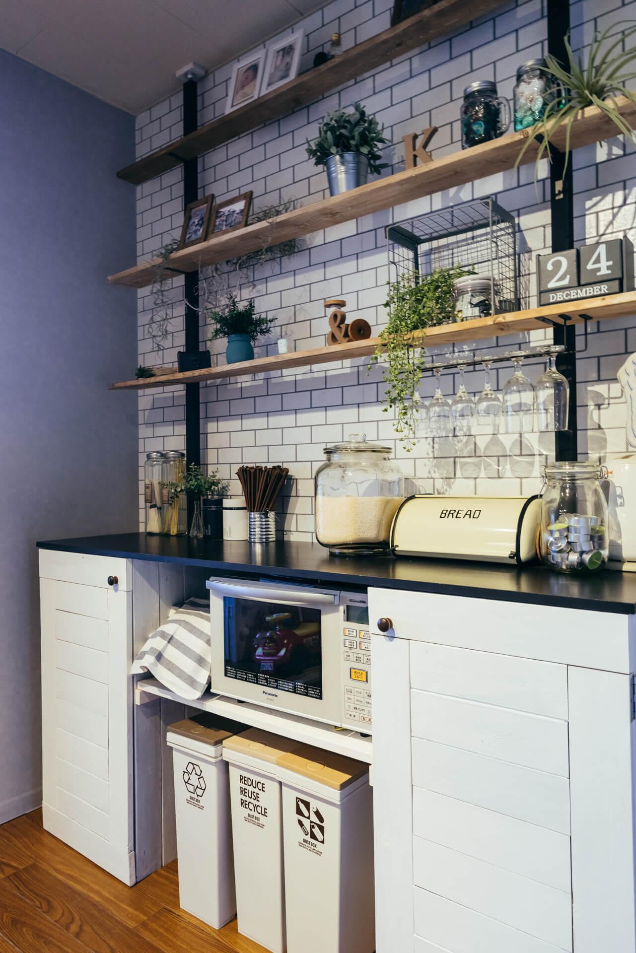 キッチン背面の壁には大きなオープンシェルフ。壁はキッチンとお揃いのサブウェイタイル柄ですっきりとみせています。